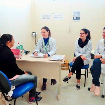 Acadêmicas atendem paciente na UBS União de Bairros