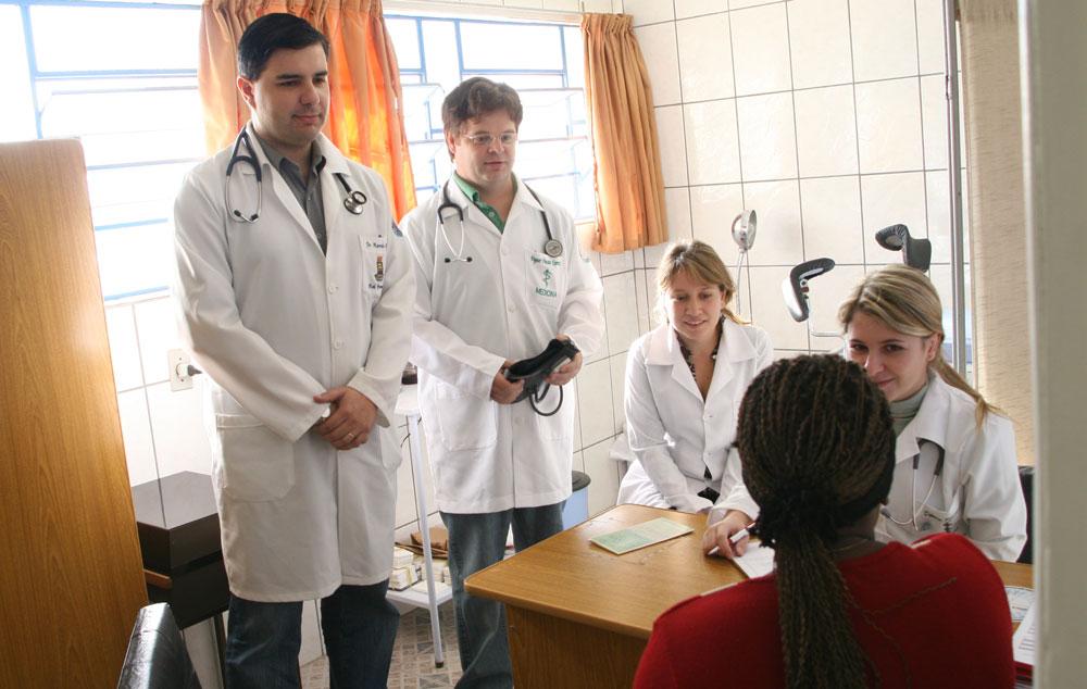 estudantes ucpel atendendo em posto de saúde