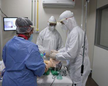 Médicos do Centro Covid participam de curso na UCPel
