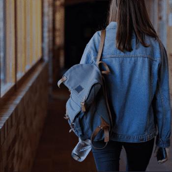 Foto de jovem mulher com mochila