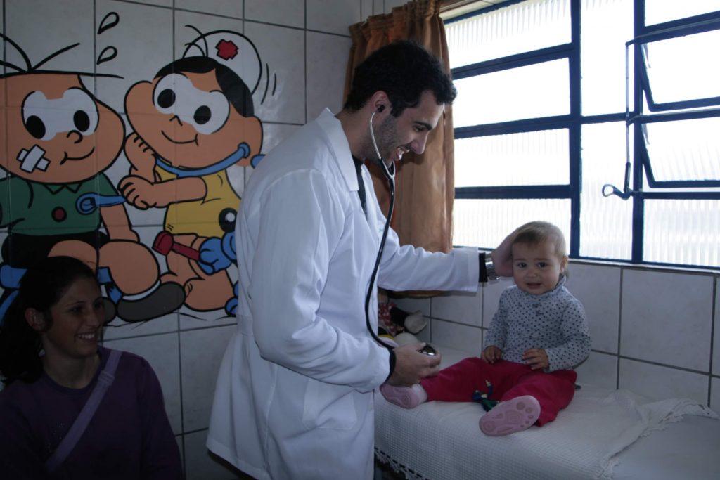 Acadêmico da Medicina UCPel em atendimento.