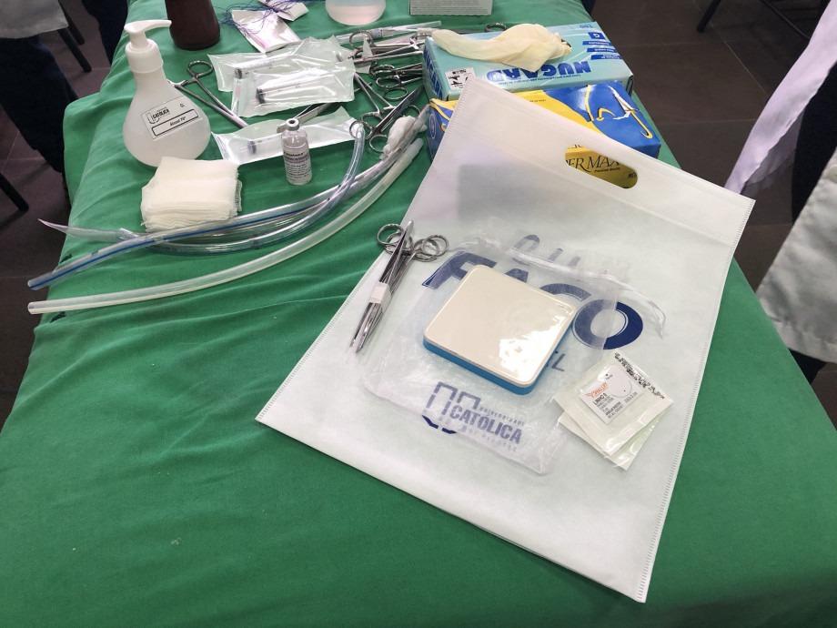 Simuladores de sutura são entregues aos estudantes do curso de Medicina